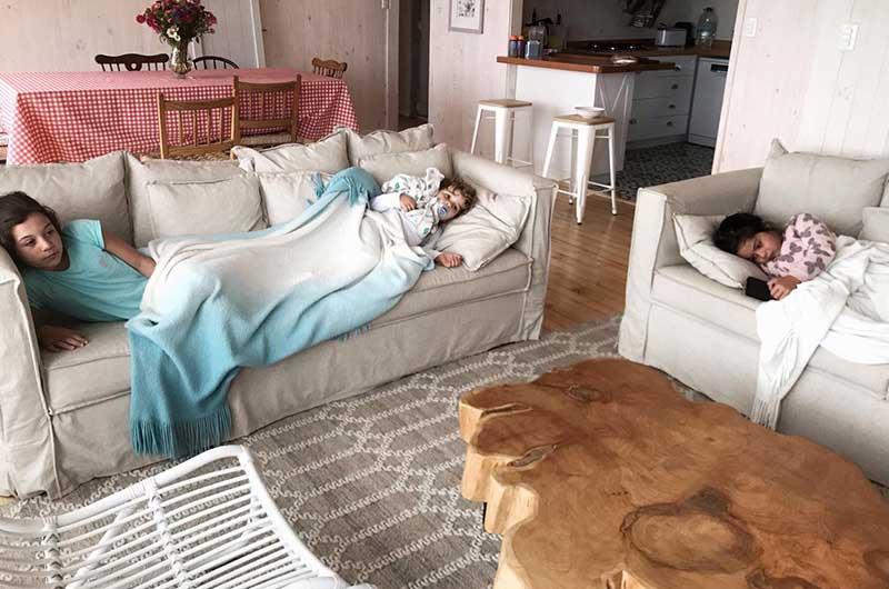 sofaonline - cliente satisfecho disfrutando de sus sofas a medida