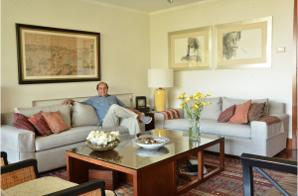 sofaonline - cliente satisfecho disfrutando de su nuevo sofa