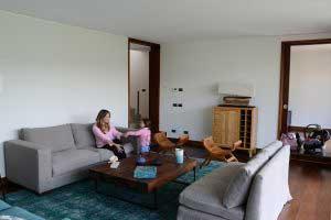sofaonline - Cliente satisfecha disfrutando de su nuevo sofa a medida